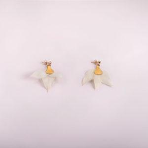 boucles d'oreille fleurs blanches
